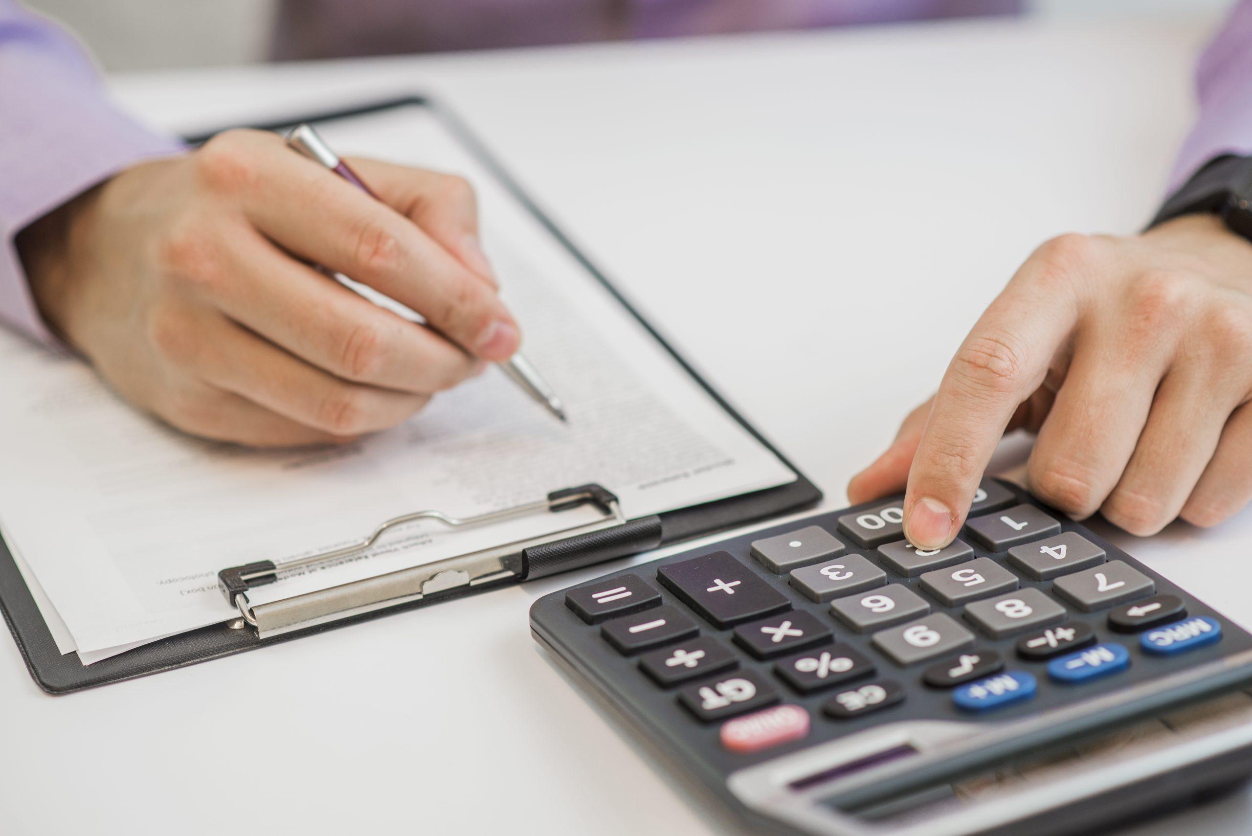 Um meio de evitar problemas, que podem levar o empregado a acionar a Justiça do Trabalho, é contratar os serviços de um contador para fazer a folha de pagamento MEI